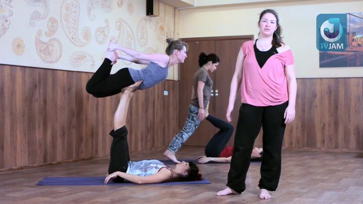 Учитель дает урок по фитнесу с элементами эротики